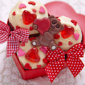 Red velvet cupcakes decorati con cuori — Foto Stock