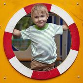 Dítě hrající v tunelu na hřišti — Stock fotografie