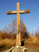 Catholic wooden cross in autumn landscape — Foto Stock