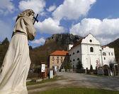Église et statue de Saint-Jean — Photo