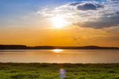 Beautiful summer sunset on the lake — Stockfoto