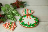 Christmas gingerbread painted icing and vintage handmade toys — Stockfoto