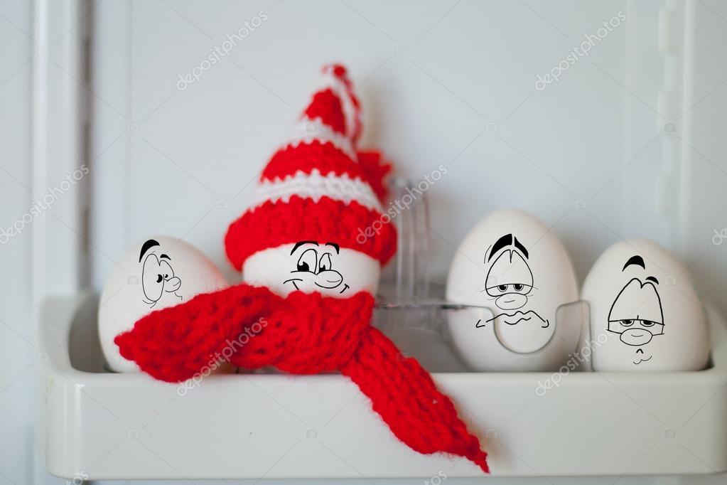 Dipinto di uova in un buffo cappello con una faccia