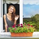 Красивая молодая женщина на балконе приветствие ктото сток к.