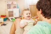 Ojciec karmienia dziecka — Zdjęcie stockowe
