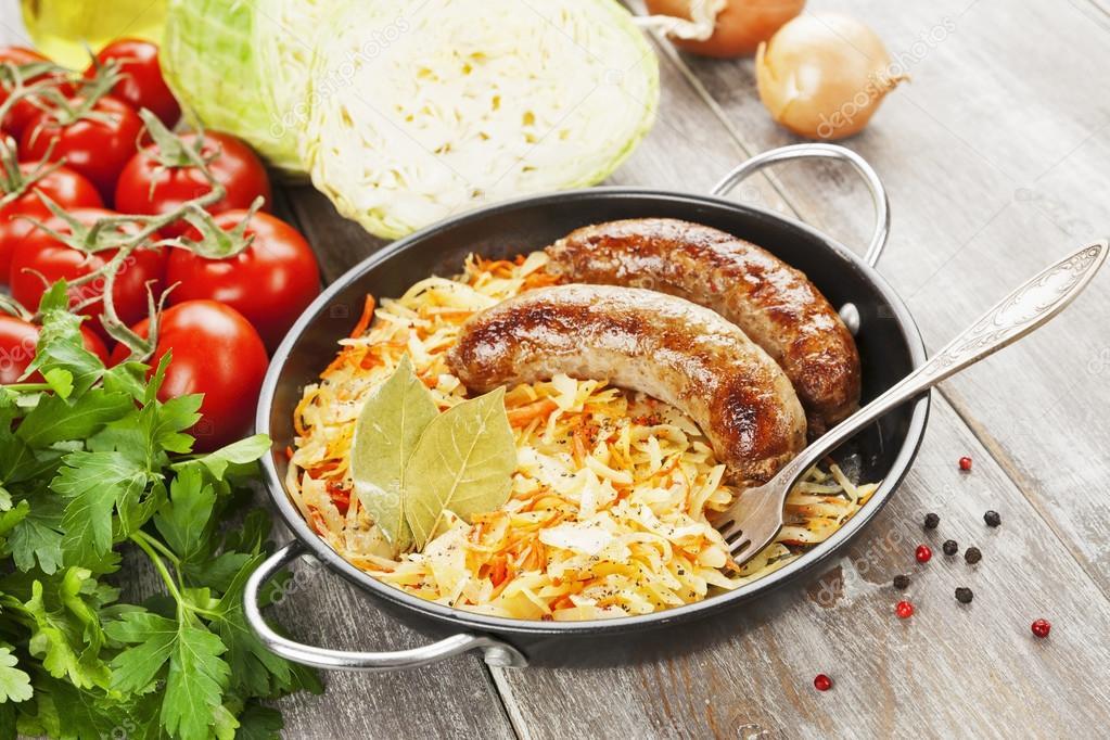 капуста жареная с колбасой на сковороде