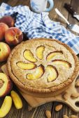 Pie with peaches and almonds — Stock Photo