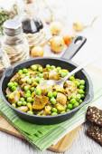 Kidneys with green peas and curry — Stock Photo