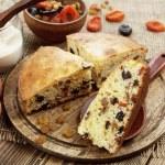 Mannik, semolina cake with dried fruits — Stock Photo #65277965