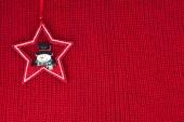 Weihnachtsdekoration über rote wolle Stoff Hintergrund — Stockfoto
