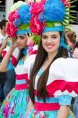 Funchal, Madeira - 20 April 2015: Vackra unga kvinnor med blomma huvudbonad på Madeira Flower Festival, Funchal, Madeira, Portugal — Stockfoto