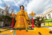 Menton, Francia - el 20 de febrero: El arte hecho de limones y naranjas en el famoso Festival del limón (Fête du Citron). El jardín de la famosa fruta recibe 160000 visitantes al año. Menton, Francia - 20 de febrero de 2015 — Foto de Stock