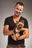 человек, держащий собаку йоркширского терьера — Стоковое фото