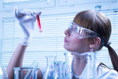 Woman in the lab experimenting — Stock Photo