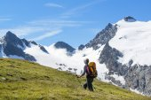 Woman hiking in the alps — Stock Photo