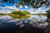 Cloudy sky reflected in the calm flowing river. The Desna River. Neighborhood Svensk Holy Dormition monastery in the Bryansk region. — Stock Photo