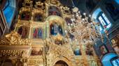 Gilded iconostasis in Orthodox church — Stock Photo