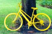 Yellow bicycle exposed on the York city walls as a symbol of  Tour de France through Yorkshire — Stock Photo