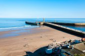 View of Whitby beach in a sunny autumn dayin North Yorkshire, UK — Stock Photo