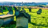 View of St Mary's Church and gravestones in North Yorkshire, UK — Stock Photo