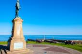 Whitby, North Yorkshire, UK - October 12, 2014: John Cook Memorial in Whitby, England.Whitby is a seaside town and port in North Yorkshire, UK. Its attraction as a tourist destination is enhanced by i — 图库照片