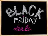 Black sexta-feira lida anúncio escrito à mão com giz na lousa de moldura de madeira, conceito de venda de sexta-feira negra — Fotografia Stock