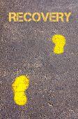 回復メッセージに向かって歩道に黄色の足跡 — ストック写真