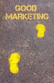黄色的脚步声,在人行道上走向好营销信息 — 图库照片