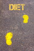 Yellow footsteps on sidewalk towards Diet message — Stockfoto