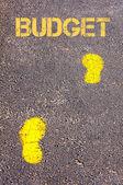 予算メッセージに向かって歩道に黄色の足跡 — ストック写真