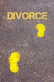 Yellow footsteps on sidewalk towards Divorce message — Fotografia Stock