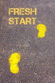 Yeni bir başlangıç iletisi karşı kaldırımda sarı ayak sesleri — Stok fotoğraf
