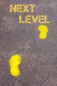 Amarillos pasos sobre la acera hacia el mensaje de siguiente nivel — Foto de Stock
