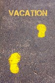 黄色的脚步声,在人行道上走向假期自动回复信息 — 图库照片