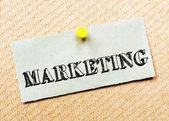 Nota di carta riciclata appuntata sulla scheda del sughero. Messaggio di marketing — Foto Stock