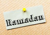 Recycled paper note pinned on cork board. Ramadan Message — Stock Photo