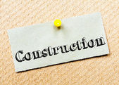 Recycled paper note pinned on cork board. Construction Message — Foto Stock