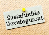 Recycled paper note pinned on cork board. Sustainable Development Message — Stock Photo