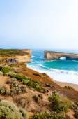 Tourists visiting the London Bridge rock at theTwelve Apostles natural park in Victoria, Australia — Stock Photo