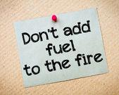 Не добавляйте топлива в огонь — Стоковое фото