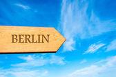Signo de madera flecha apuntando destino Berlín — Foto de Stock