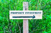 PROPERTY INVESTMENT Directional sign — Stock Photo