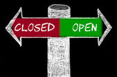 Opposite arrows with Closed versus Open — Stock Photo