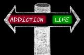 Tegenover pijlen met verslaving versus leven — Stockfoto