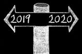 Opposite arrows with Year 2019 versus Year 2020 — Stock Photo