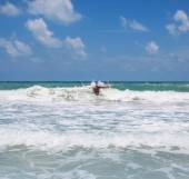 The rest. photo man standing in the sea waves — Stock Photo