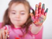 Barn med färgade händer — Stockfoto