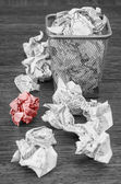 Wastepaper basket with wrinkled paper — Stockfoto