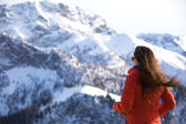Women looks at the mountains — Стоковое фото