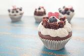 Dekorerade Cupcakes på rustik blå bordsskivan — Stockfoto